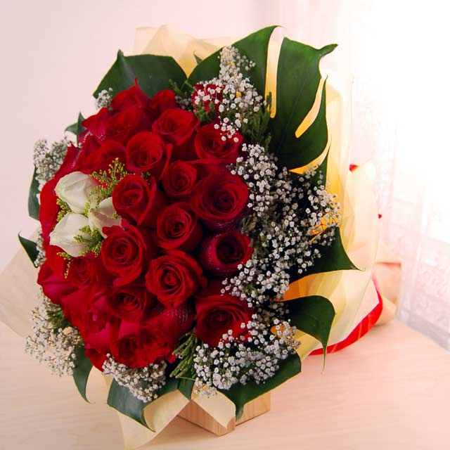 Roses Bouquet In Red And White Combination Promised Free Delivery